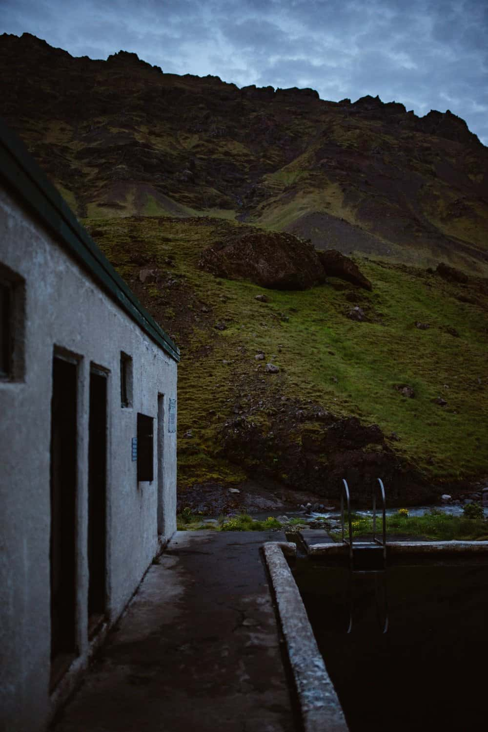 Summer-swimming-in-iceland